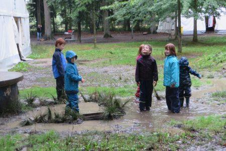 Auch wenn das Wetter mal nicht mitspielt - die Kinder haben Spaß!